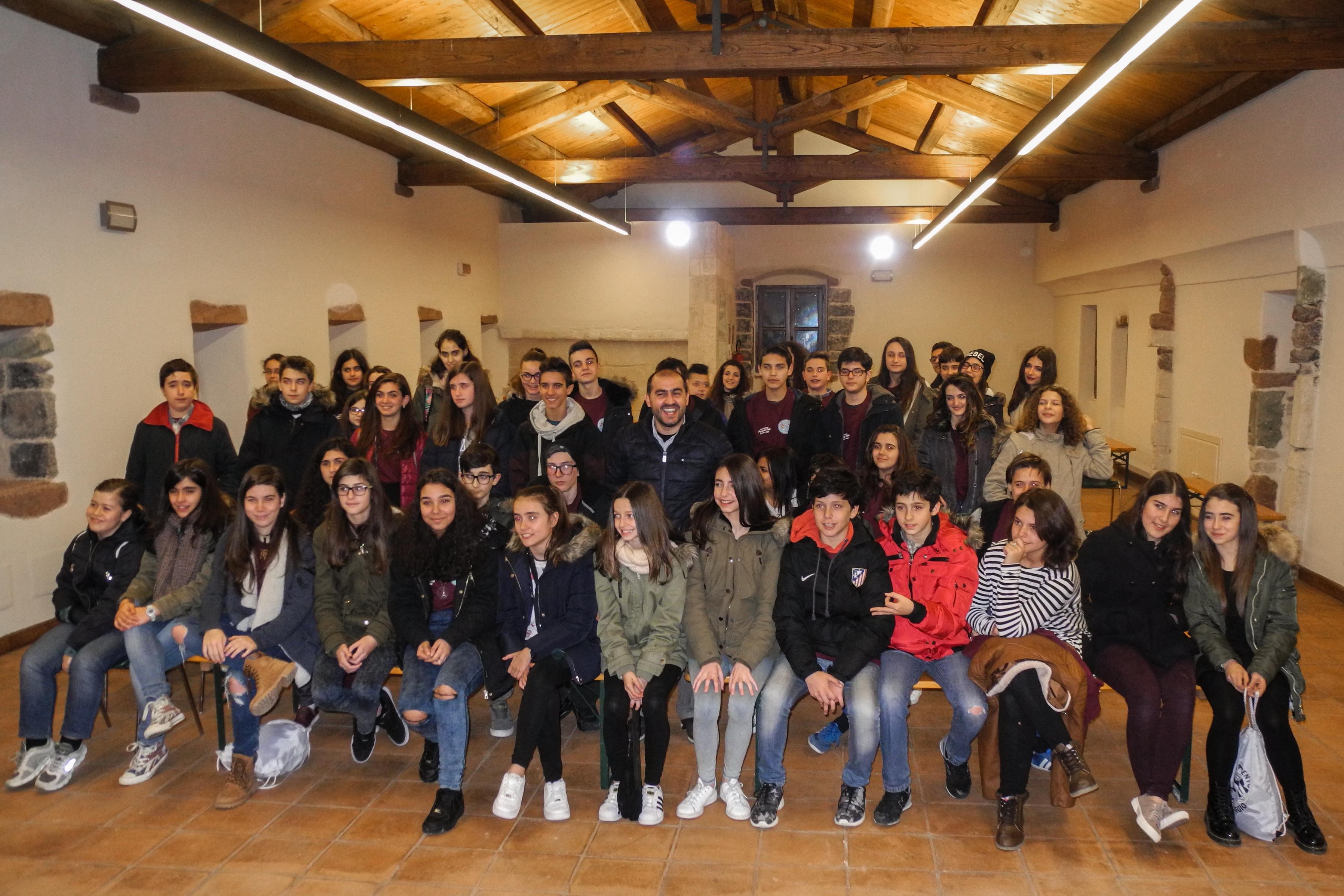 Foto di gruppo del Sindaco insieme agli studenti spagnoli e sassaresi